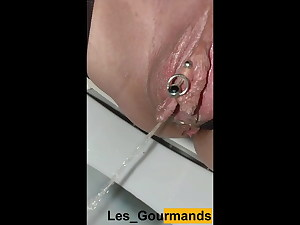 MILF with highly big lips. Urinate in close-up, in the bathroom